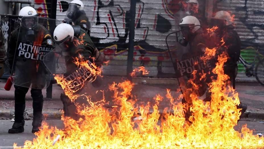 Bomba explode próximo a policiais durante greve geral de 48 horas em Atenas, Grécia