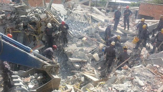 Bombeiros fazem buscas no local onde pode estar o operário Edenilson Santos