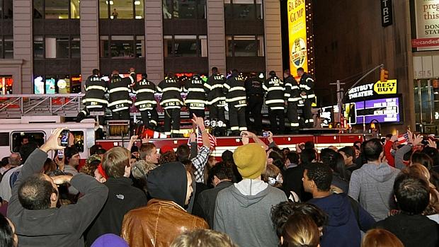 Bombeiros de Nova York participam de comemorações pela morte do terrorista Osama bin Laden.