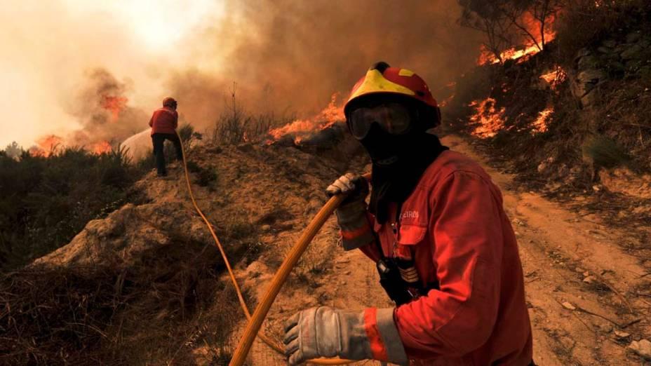 Bombeiros durante incêndio na cidade de Santo Amaro de Tavares, Portugal