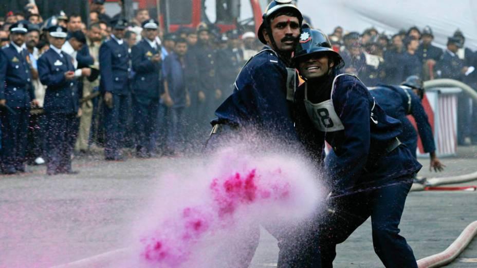 Bombeiros durante competição de prática de incêndio em Mumbai, Índia