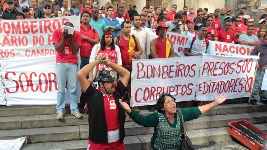 No Rio de Janeiro, membros do Corpo de Bombeiros protestam por aumento salarial e melhores condições de trabalho