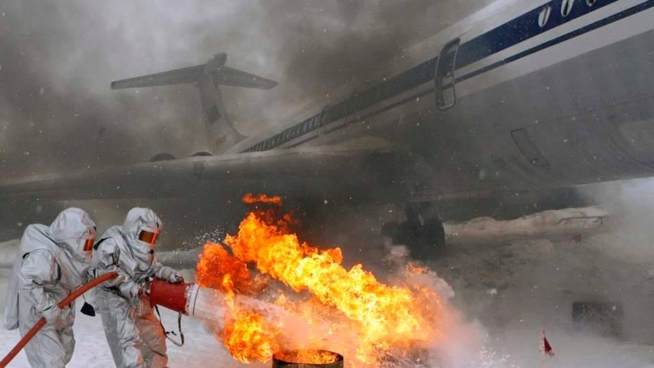 Bombeiros participam de treinamento de emergência no aeroporto de Yemelyanovo na Sibéria