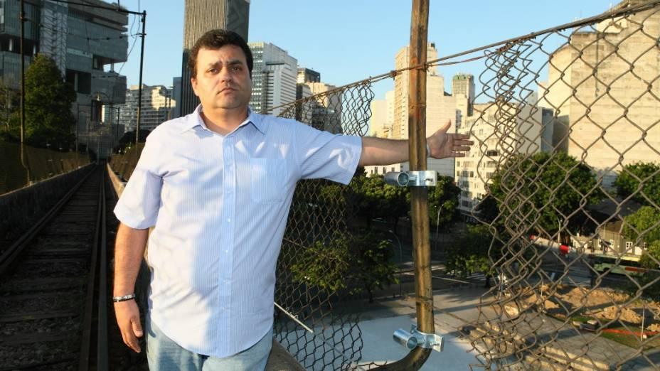 Alexandre Bruno, do Sindicato dos Ferroviários, mostra a falha na tela de proteção: problema causaou a morte de um turista francês