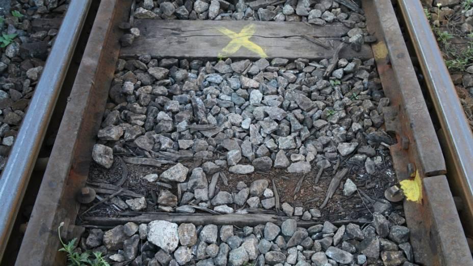 """Fora dos trilhos: falta de dormentes e peças marcadas com um """"X"""", para substituição"""