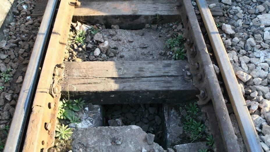 Uma cratera nos trilhos: o problema pode causar um súbito desequilíbrio e o tombamento do bonde