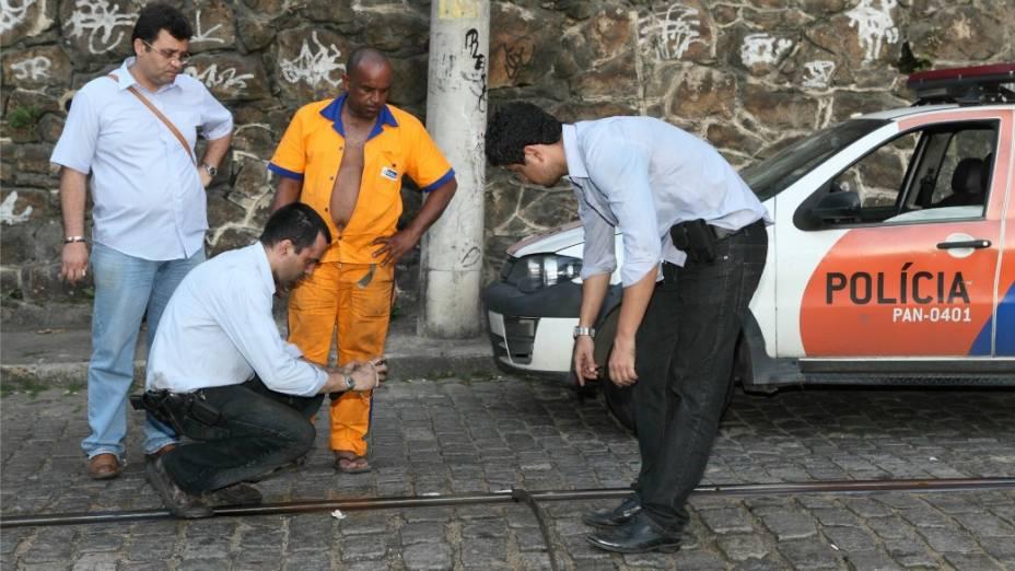 Peritos no local do acidente: ranhuras indicam excesso de peso no bonde 10, acidentado no sábado