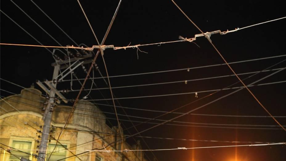Problemas na rede aérea: risco de curto circuito e de rompimento dos cabos, com risco para pedestres