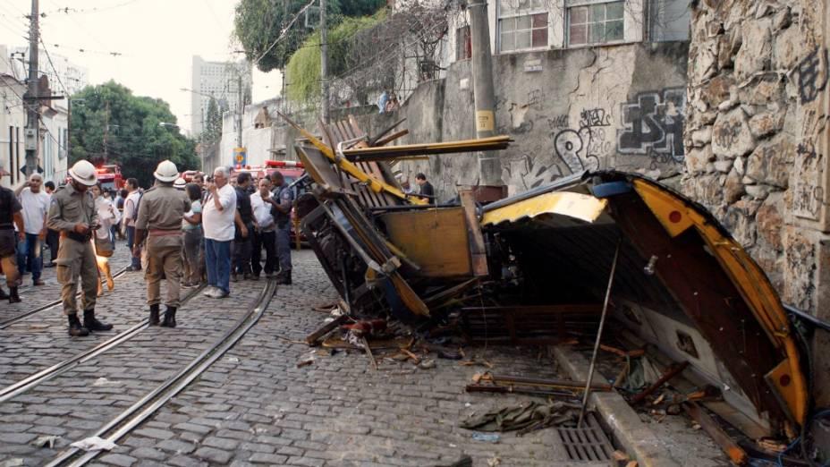 Parte do bonde de Santa Teresa foi arrancada pela colisão. Suspeita é de que composição tenha perdido freio na ladeira da rua Joaquim Murtinho