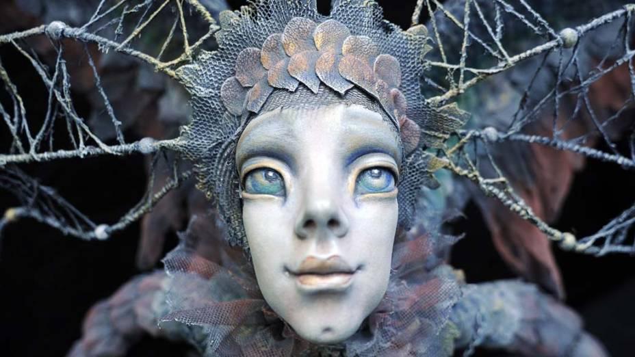 Boneca feita pelo designer Nel Groothedde em exibição no Salão Internacional de Bonecas em Moscou, Rússia