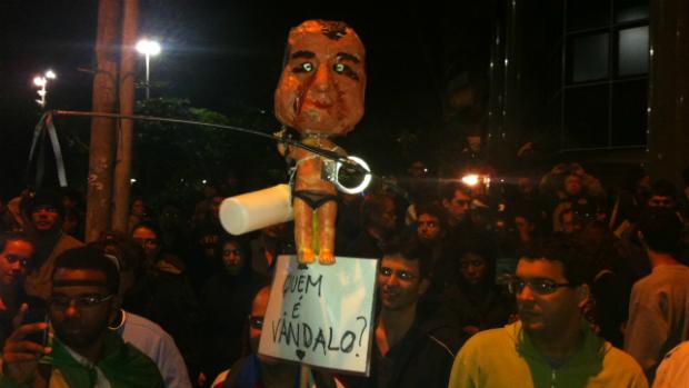 Manifestantes fazem protesto em frente à casa do governador Sérgio Cabral