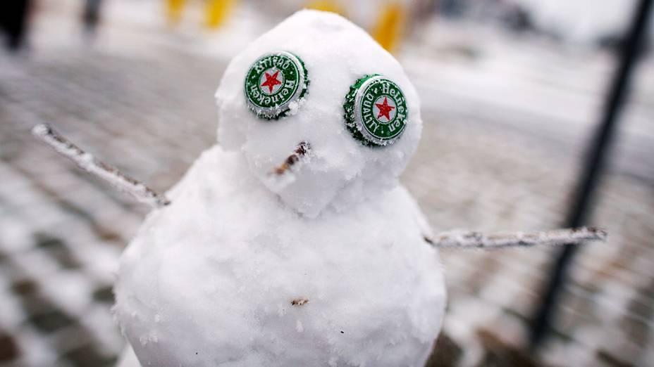Boneco de neve com olhos de tampinhas é visto na montanha Grosser Feldberg, oeste da Alemanha