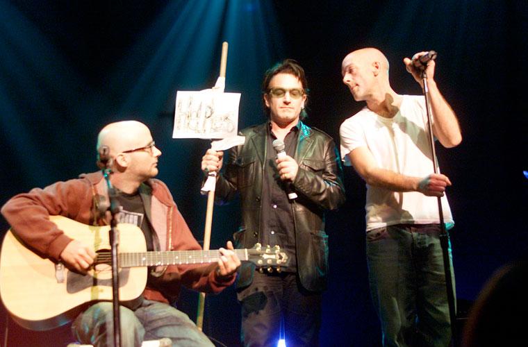 Com os artistas Moby e Michael Stipe - este, da banda R.E.M - durante show beneficente para as vítimas dos atentados de 11 de setembro em Nova York.
