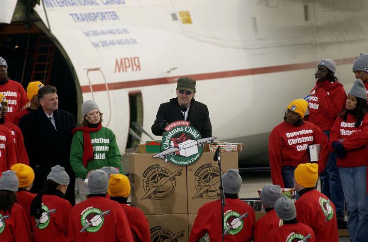 No aeroporto internacional de Nova York, em campanha para distribuir presentes para crianças com AIDS no Natal de 2002.