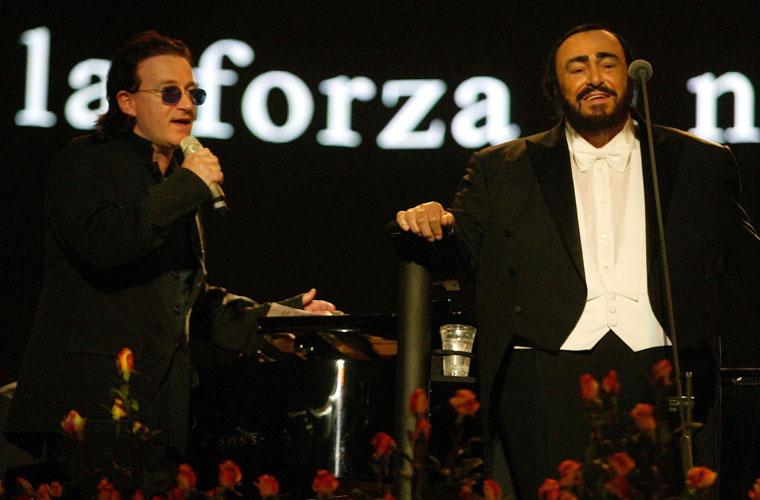 Com o tenor Luciano Pavarotti, se apresentou na Itália, em 2003. O show era beneficente, para os refugiados da guerra no Iraque.