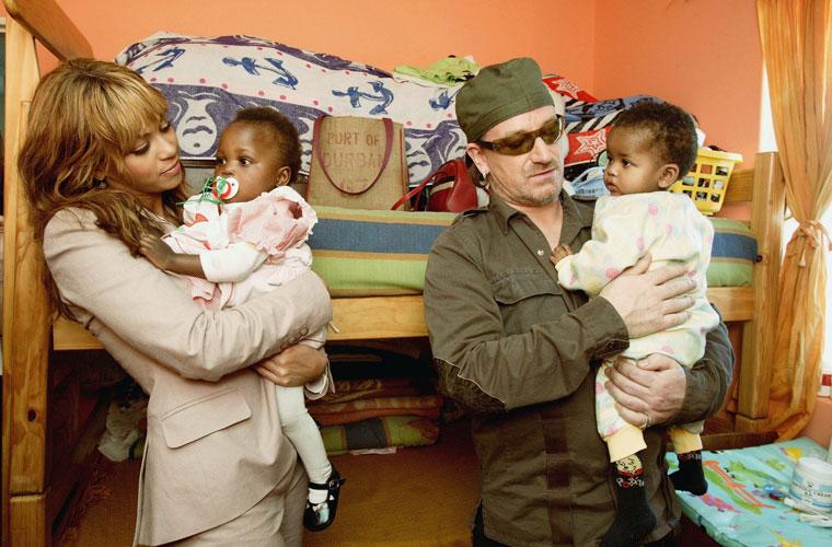 Com a cantora Beyoncé em visita ao orfanato Baphumelele para crianças com AIDS, na Cidade do Cabo, África do Sul.