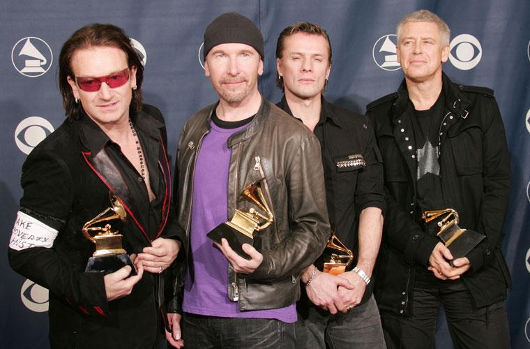 Com os outros membros da banda - The Edge, Larry Mullen e Adam Clayton - ganhou o Grammy 2005 de Melhor Performance de uma Banda de Rock. No braço, o cantor leva uma faixa da campanha global contra a pobreza.