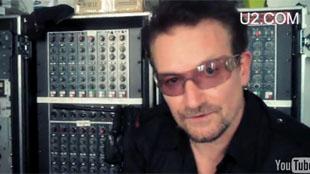 O cantor Bono Vox, do U2, em vídeo caseiro divulgado pela banda