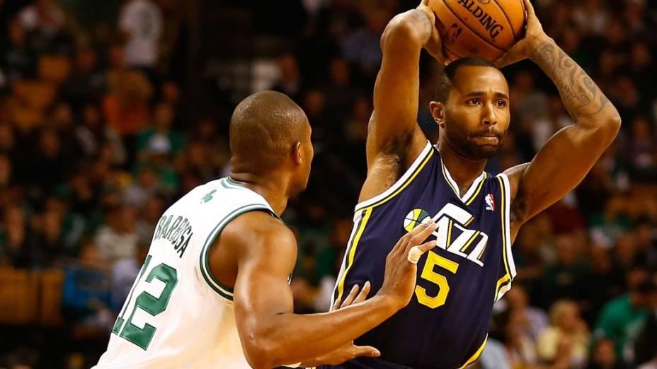 Leandrinho (à esq.) no jogo entre Boston Celtics e Utah Jazz, vencido pela equipe do brasileiro