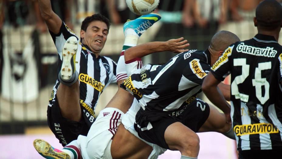 Wellington tenta um voleio durante partida entre Botafogo x Fluminense