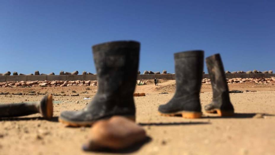 Botas abandonadas por operários no Porto de Benghazi, Líbia