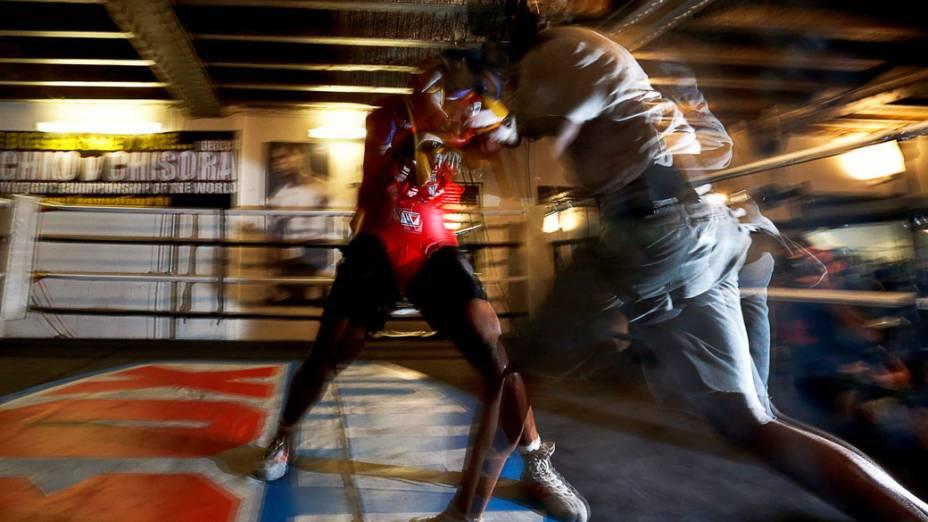 Boxeador britânico Derek Chisora treina para enfrentar seu compatriota David Haye em Londres