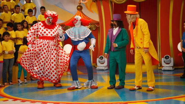 Vovó Mafalda, Bozo, Papai Papudo e Salci Fufú apresentam o programa <em>Bozo</em>