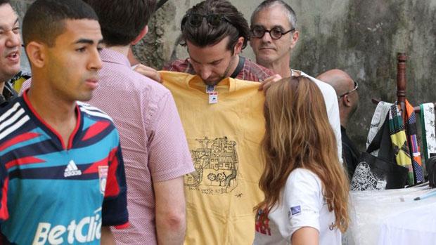 Bradley Cooper compra souvenirs do Morro Dona Marta