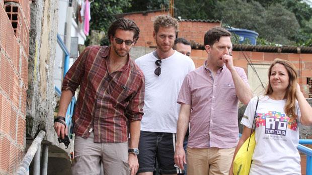 Bradley Cooper e Ed Helms visitam o Morro Dona Marta