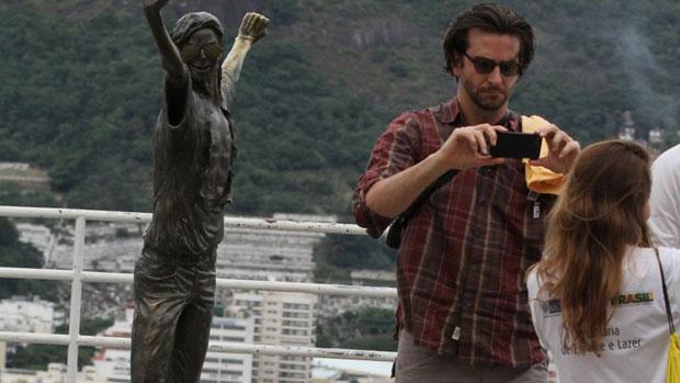 Bradley Cooper posa para foto na Laje do Michael Jackson, no Morro Dona Marta