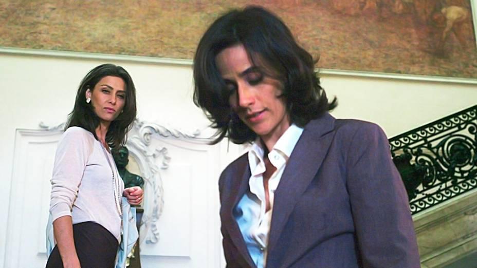 A primeira-dama Antonia (Maria Fernanda Cândido) desconfia ter sido traída após cruzar com Fernanda (Mariana Lima)