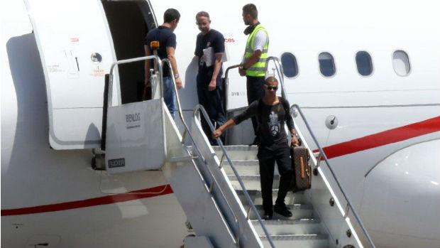 O namorado de Madonna, Brahim Zaibat, desembarca no Rio de Janeiro carregando uma mala