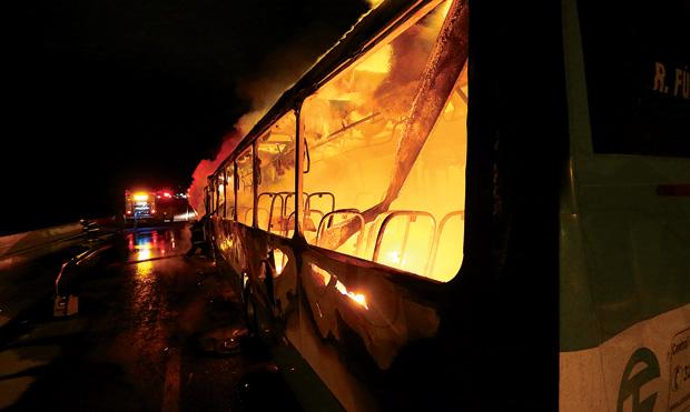 Ônibus incendiado em Florianópolis, onde bandidos descontentes com a rigidez do sistema carcerário comandavam os ataques de dentro da cadeia