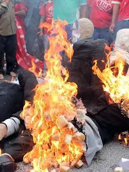 Boneco de Joaquim Levy é queimado durante protesto