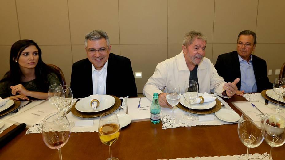 Thássia Alves (esposa de Alexandre Padilha), o ex-ministro Alexandre Padilha, ex-presidente Luiz Inácio Lula da Silva e o empresário Maurílio Biagio, participam de jantar com lideranças locais, em Ribeirão Preto