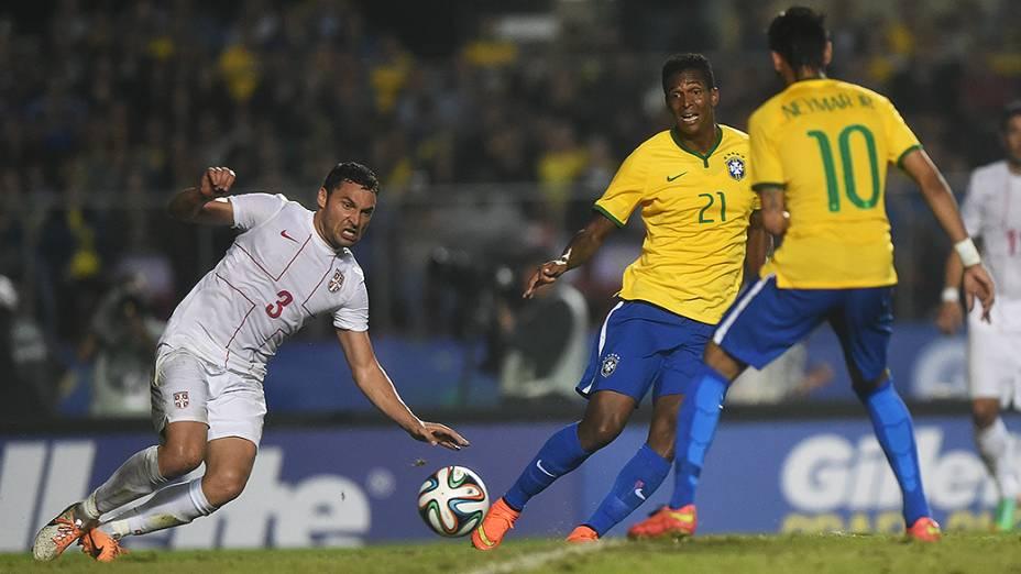 Jogador da Sérvia afasta a bola no amistoso contra o Brasil, em São Paulo