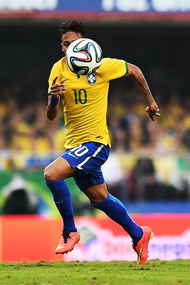 Neymar corre para alcançar a bola durante o amistoso contra a Sérvia, em São Paulo