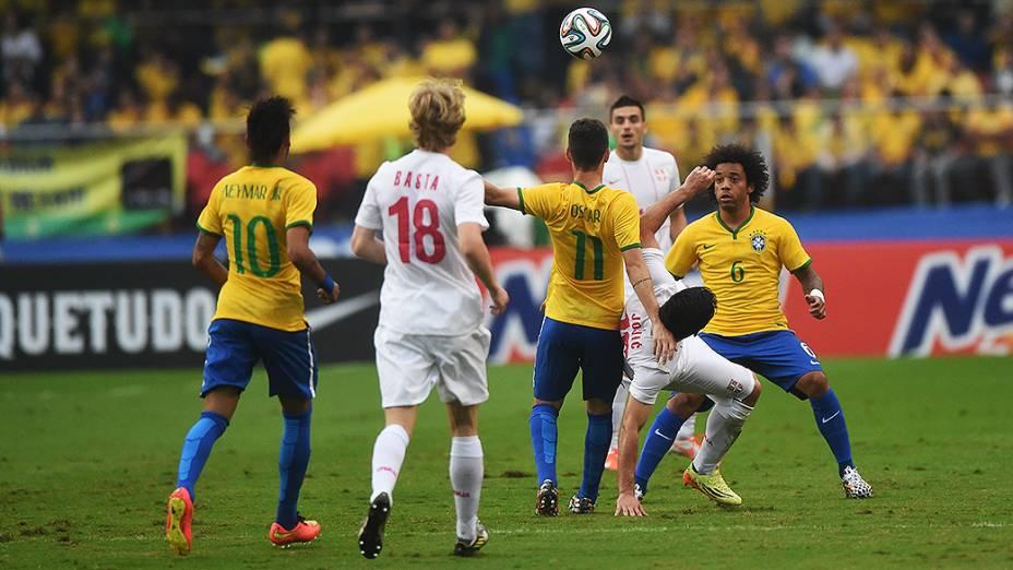 Lance no amistoso entre Brasil e Sérvia, no estádio do Morumbi em São Paulo