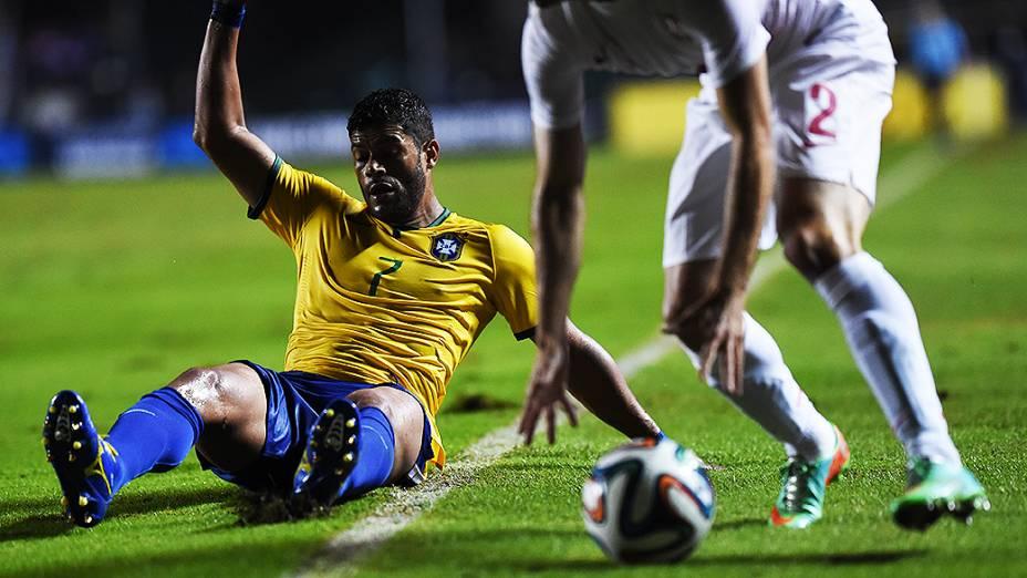 Hulk pede falta em lance do amistoso contra a Sérvia, em São Paulo