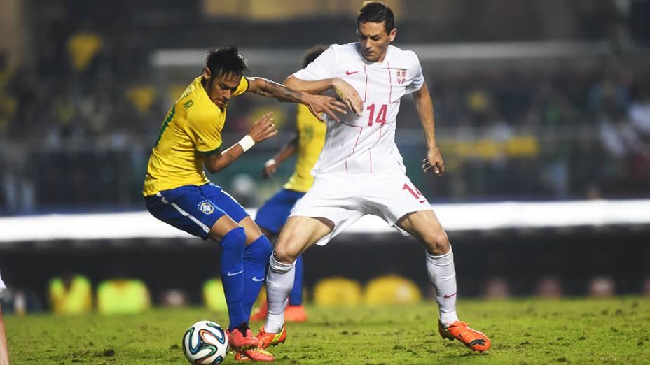 Neymar disputa a bola com jogador da Sérvia, durante amistoso no estádio do Morumbi em São Paulo