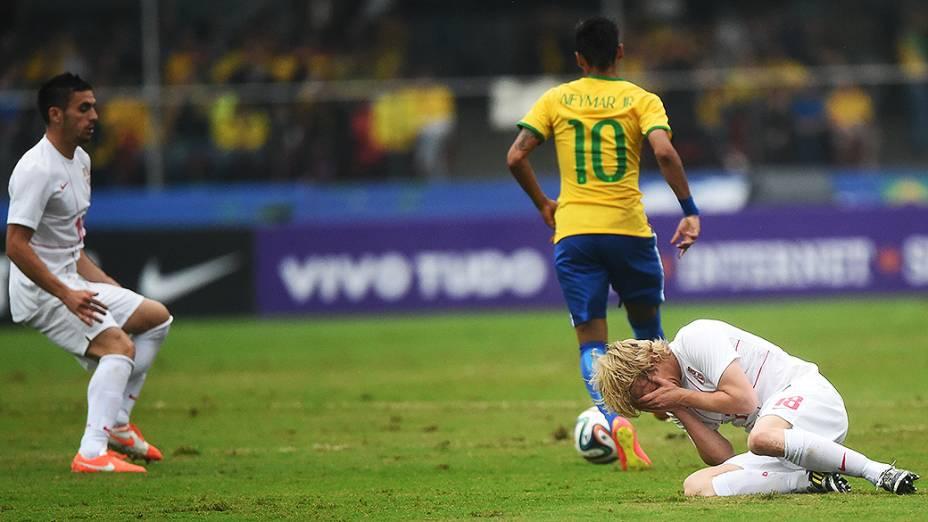 Jogador da Sérvia cai no chão após lance com Neymar