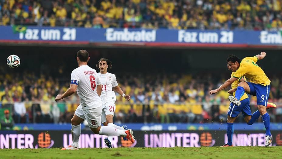 Fred chuta contra o gol da Sérvia