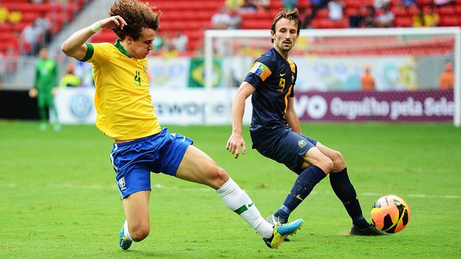 David Luiz disputa lance durante amistoso entre Brasil e Austrália no estádio Mané Garrincha em Brasília