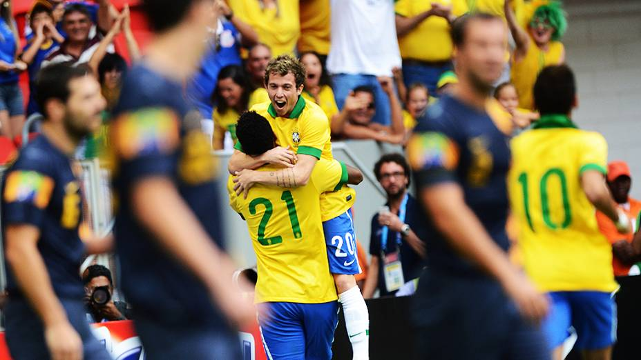 Jô e Bernard comemoram gol durante amistoso entre Brasil e Austrália no estádio Mané Garrincha em Brasília