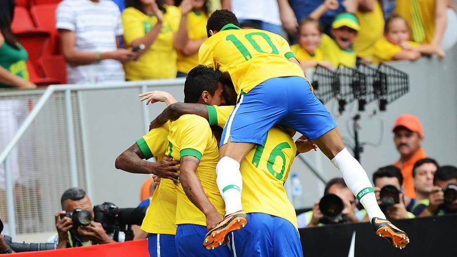 Jogadores da seleção brasileira comemoram gol em amistoso contra a Austrália, em Brasília