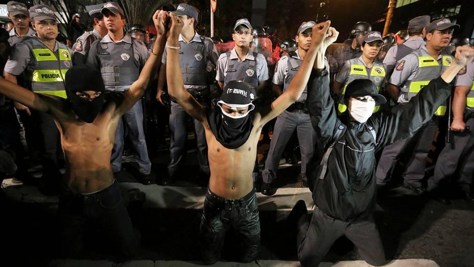 Manifestante do grupo chamado Black Bloc durante ato em apoio aos protestos no Rio de Janeiro, e também contra a PM e o governador Geraldo Alckmin na aveninda Paulista (01/08/2013)