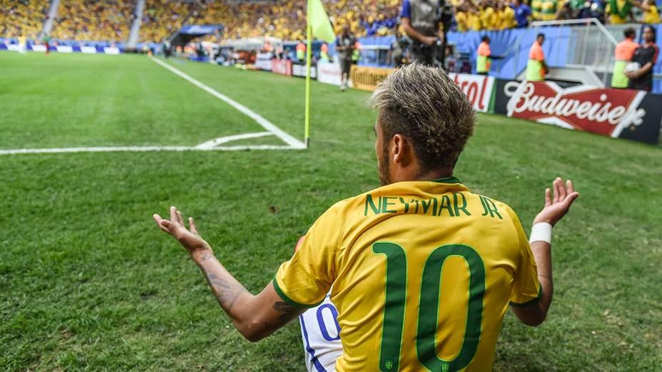 Neymar reclama após ser empurrado pelo jogador camaronês em lance fora do jogo, em Brasília