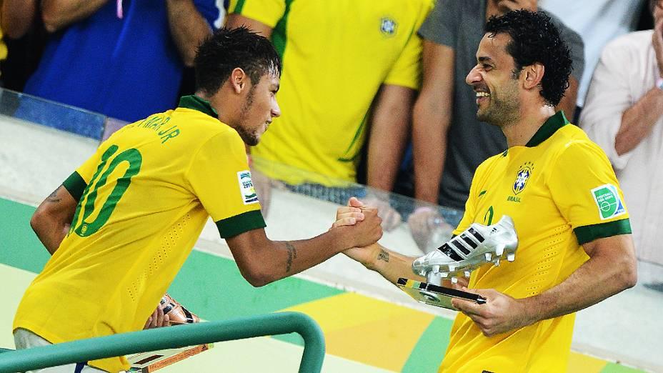 Neymar comemora com Fred no estádio Maracanã durante final da Copa das Confederações entre Brasil e Espanha, no Rio de Janeiro