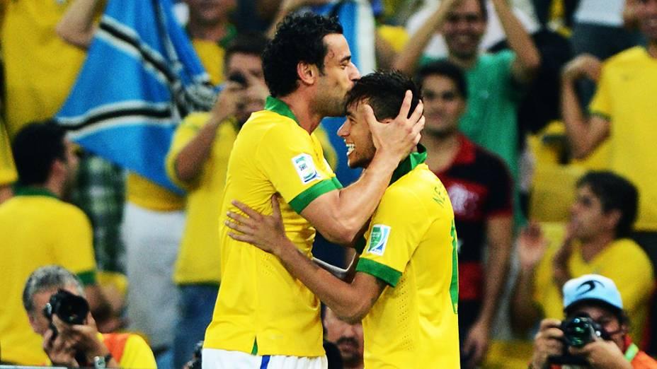 Neymar e Fred no estádio Maracanã durante final da Copa das Confederações entre Brasil e Espanha, no Rio de Janeiro