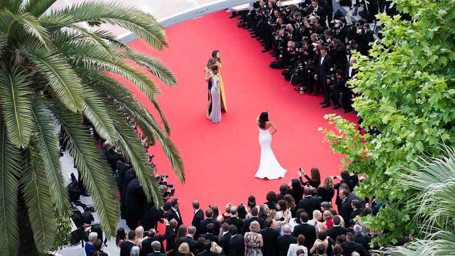"""Isabelli Fontana, Grazi Massafera e Taís Araújo no tapete vermelho para a première do filme """"Saint Laurent"""", neste sábado (17), no Festival de Cannes 2014"""